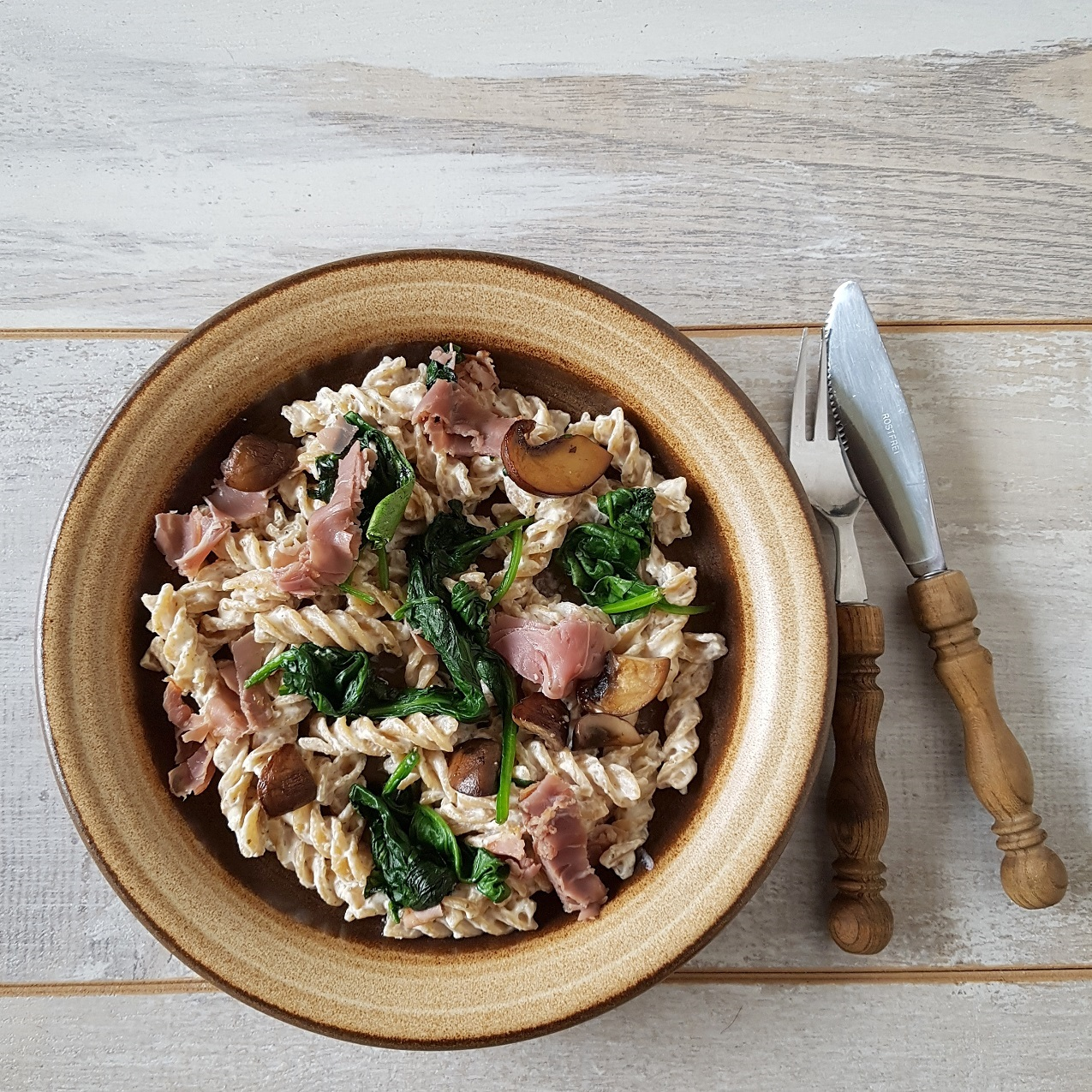 Fusili met rauwe ham en champignons