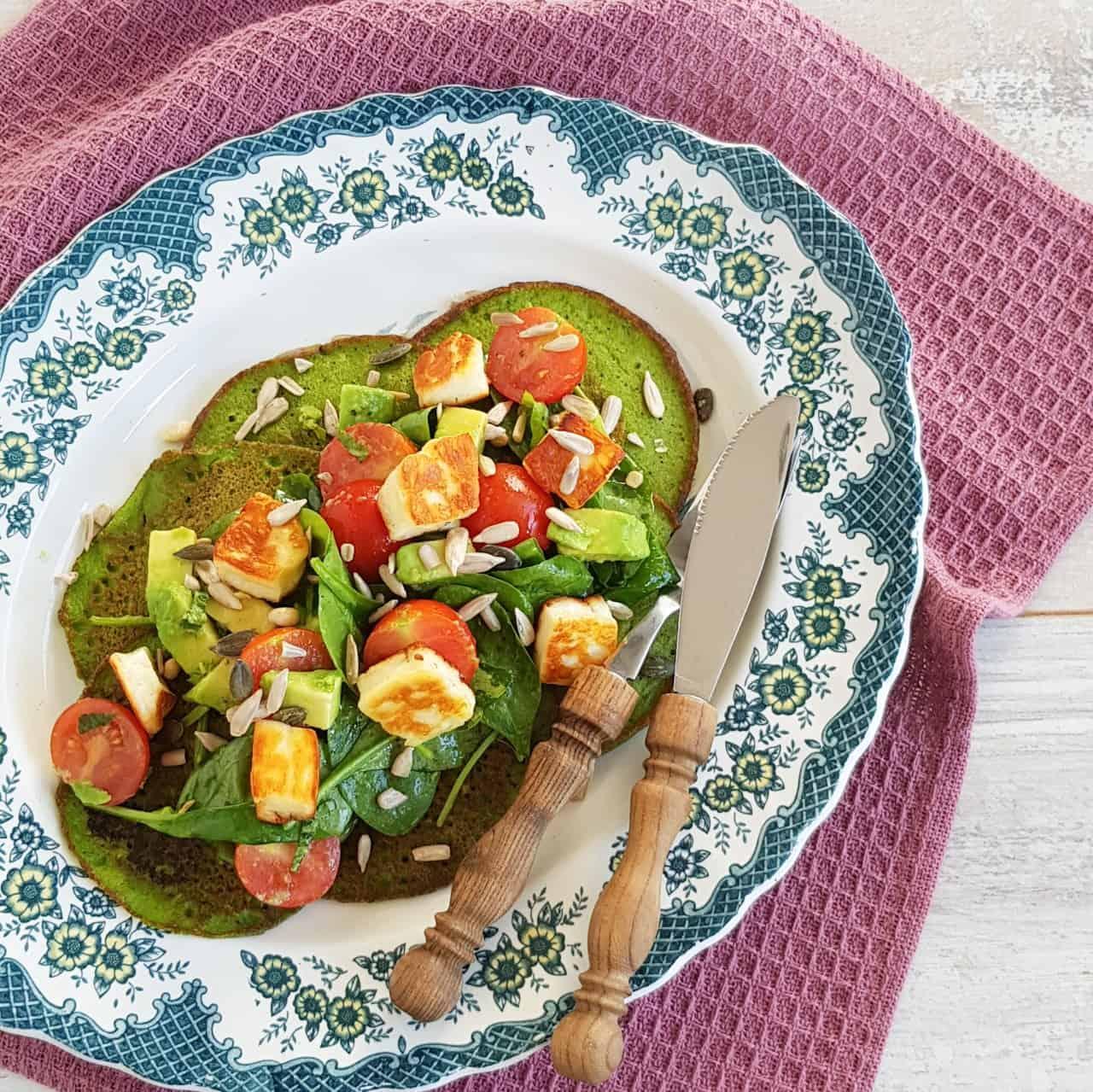 Spinaziepannenkoeken met halloumi en avocado