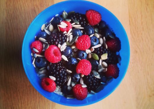 Yoghurt met havermout, superfoods en vers fruit