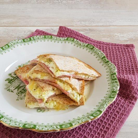 Quesadilla Caprese met salami en mozzarella