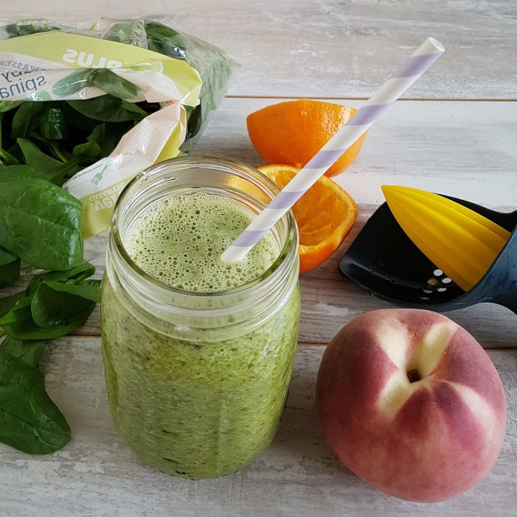 Smoothie met spinazie, perzik en sinaasappel