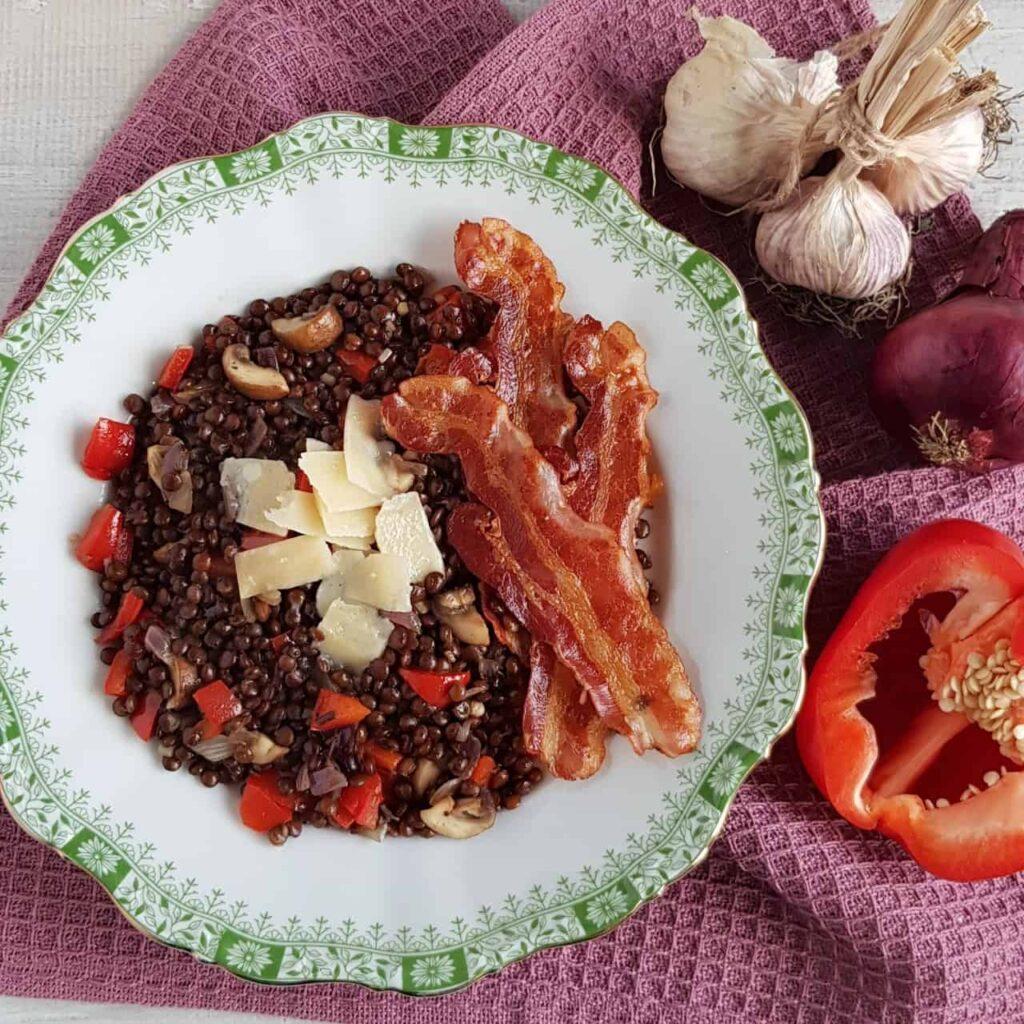 Linzenschotel met spek en paprika