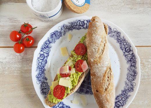 Broodje avocado, tomaat en parmezaan