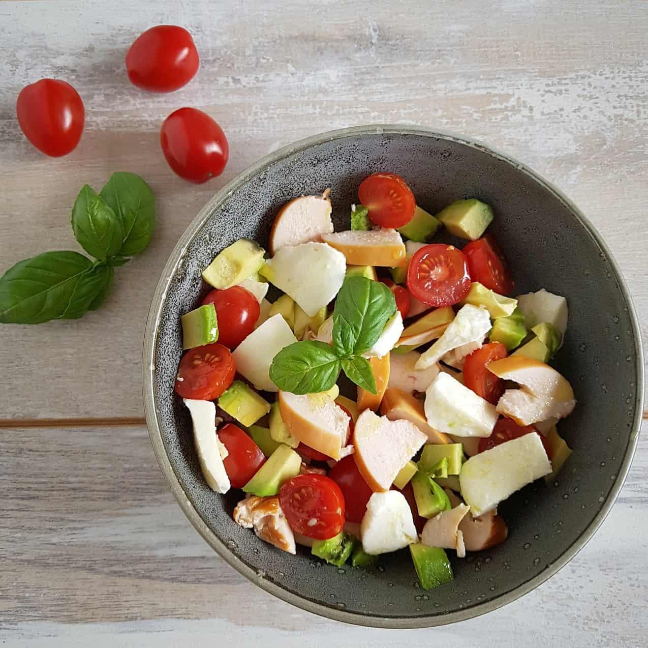 Salade met gerookte kip, avocado en mozzarella