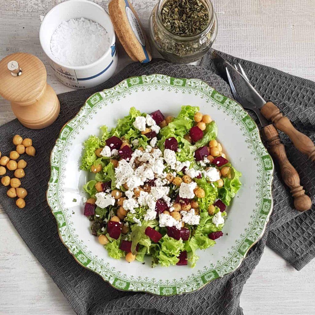 Salade met kikkererwten en rode biet