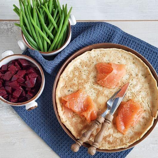 Hartige pannenkoek met gerookte zalm, asperges en bietensalade