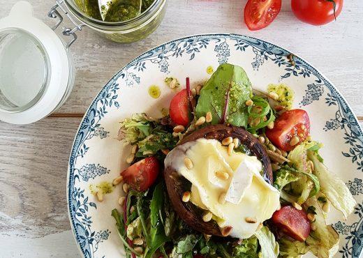Gevulde portobello met brie op een salade