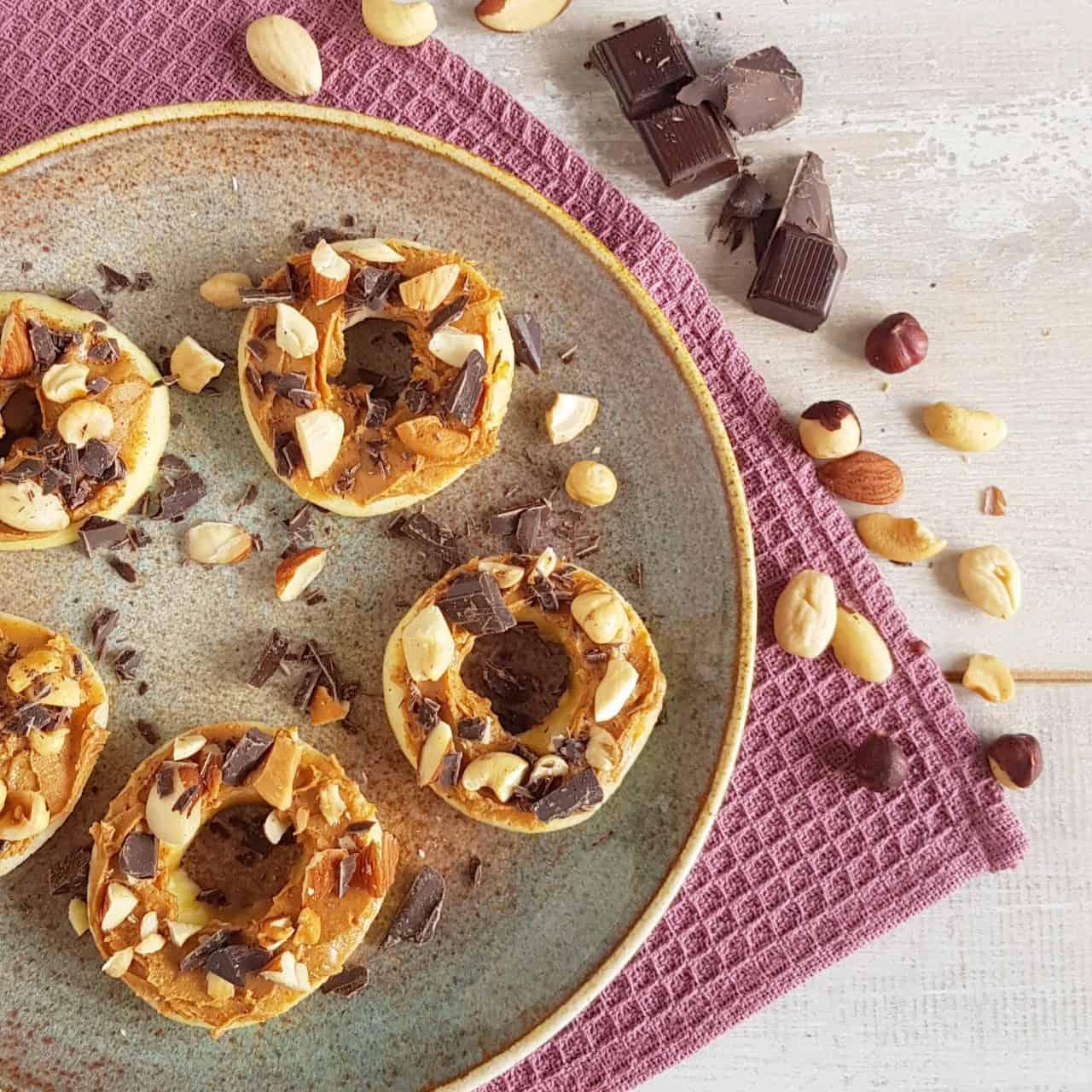 Appel met pindakaas, chocolade en noten