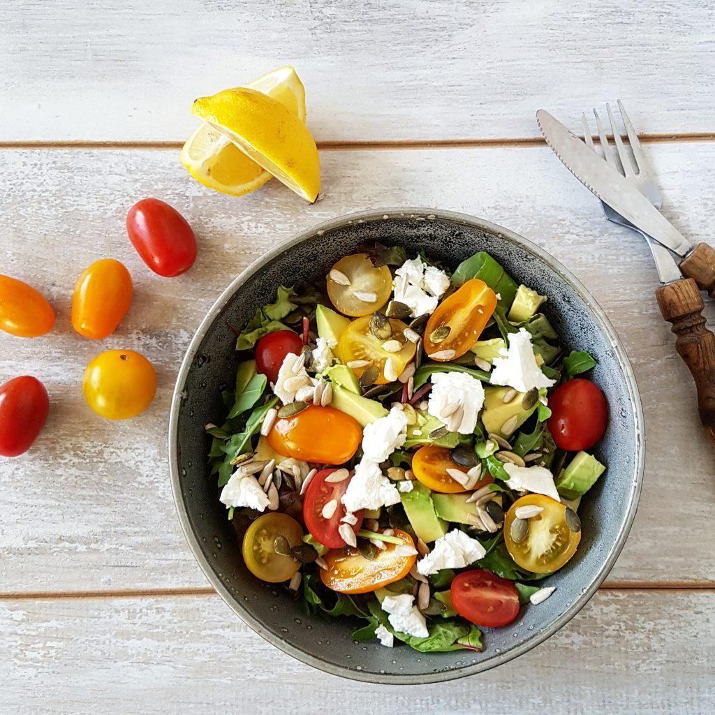 Recept avocado salade met feta en tomaat