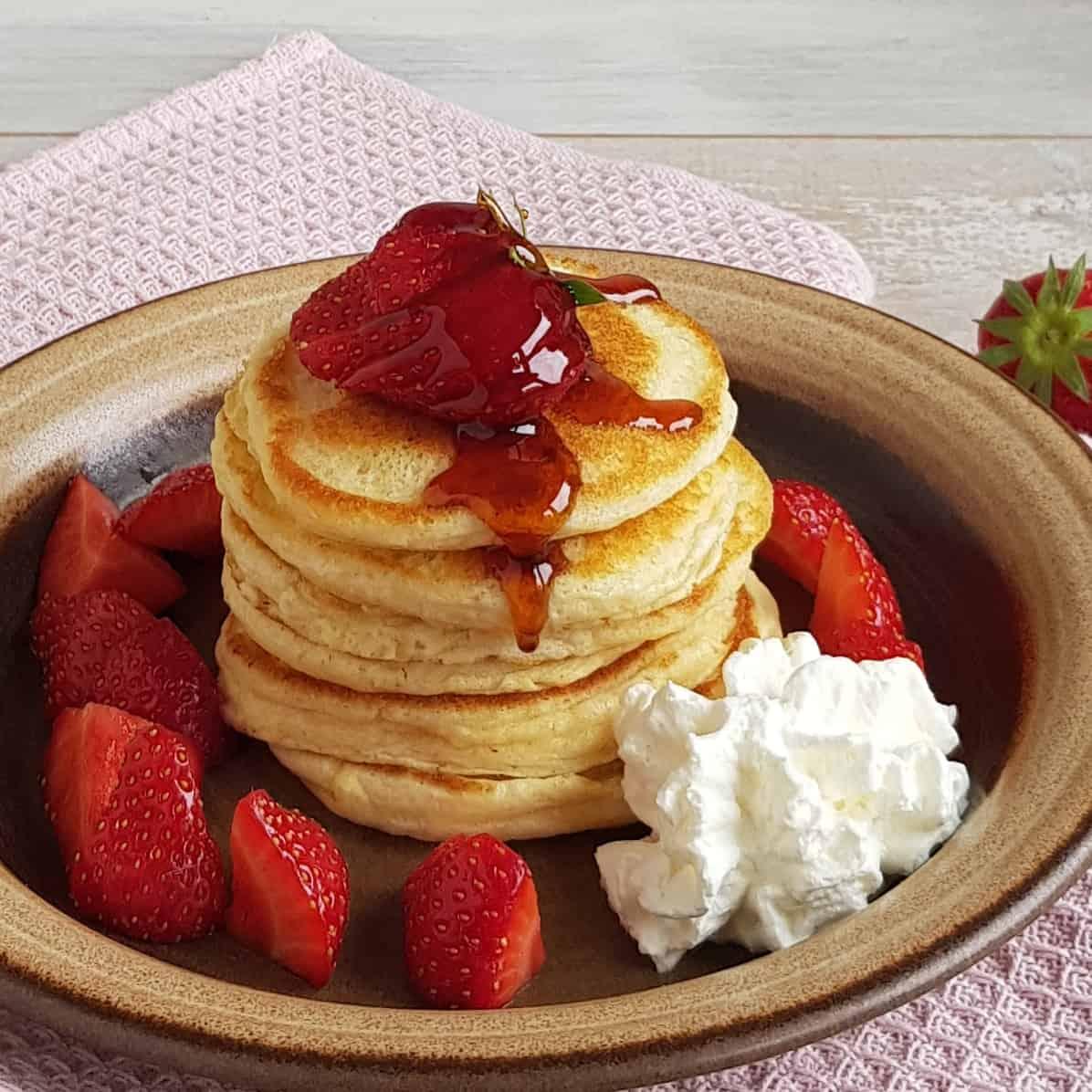 Pancakes met aardbeien en slagroom