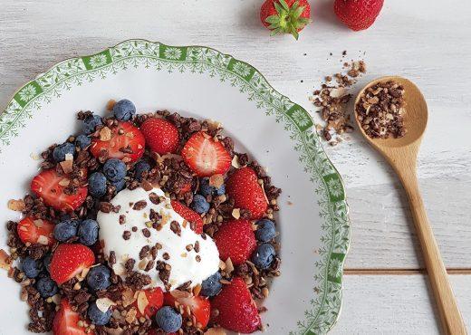 Granola met fruit en yoghurt