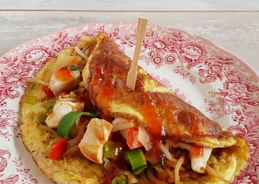 Omelet met wokgroenten en kip