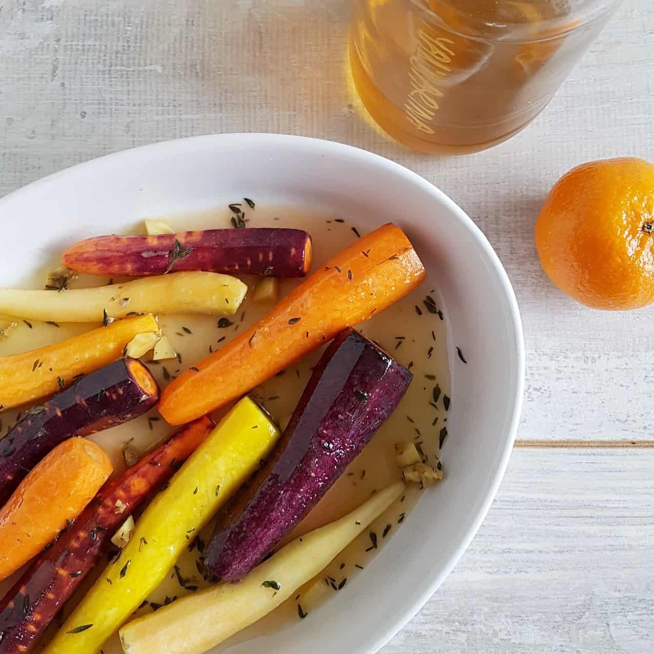 Geglaceerde wortels met honing en tijm
