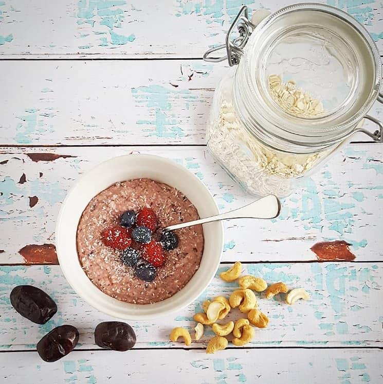 Gezond ontbijt met havermout en cashewnoten