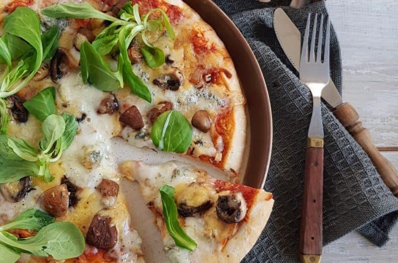 Pizza met champignons en truffelolie