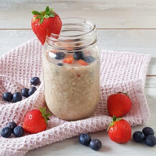 Overnight oats met blauwe bessen en aardbeien