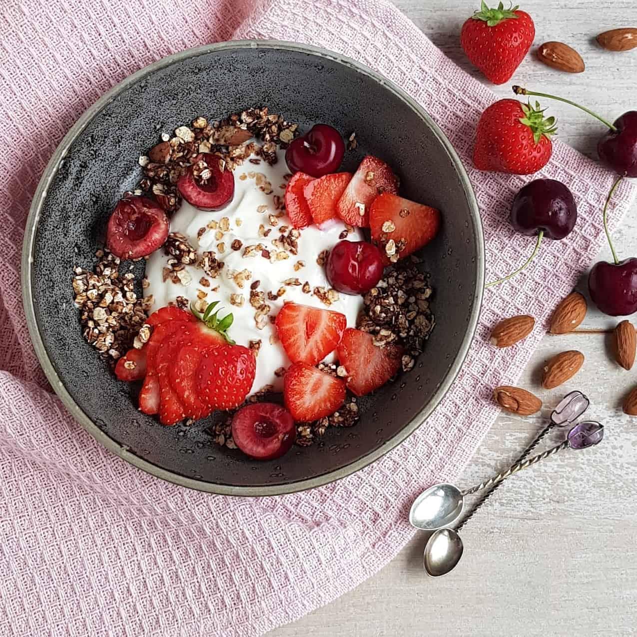 Granola uit de pan met fruit en yoghurt