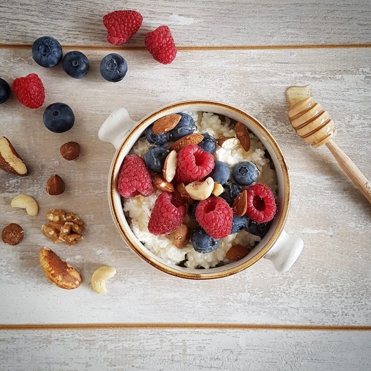 Gezond cottage cheese ontbijt met fruit en noten