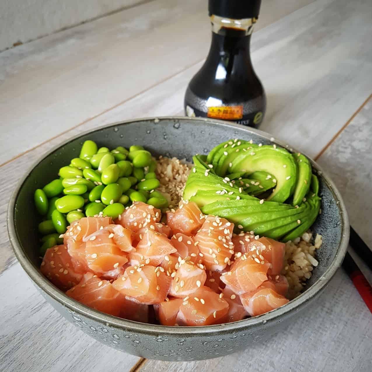 Sushibowl met zalm, avocado en edamame (sojabonen)