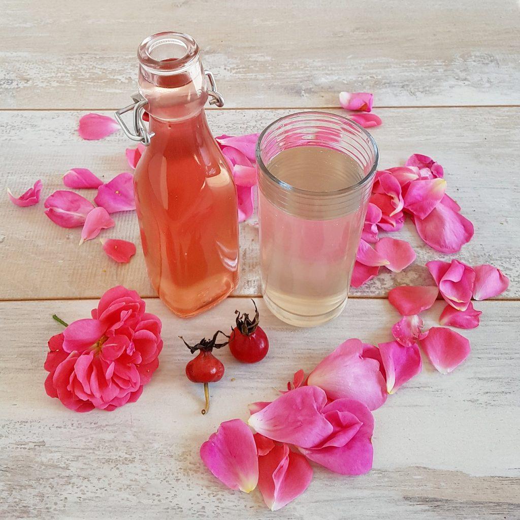 Rozensiroop - gemaakt van de rozenblaadjes van de rozebottel