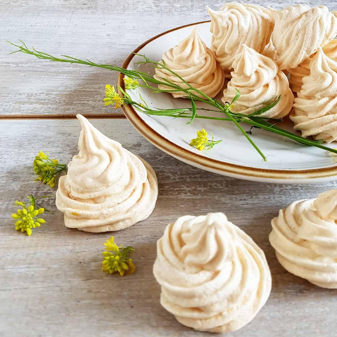 Vanille meringue met eetbare bloemen