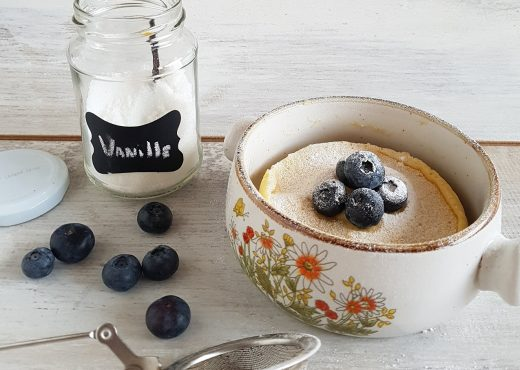 Cheesecake mugcake met vanille en blauwe bessen