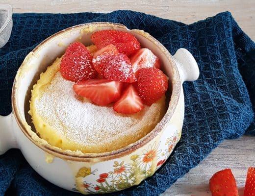 Cheesecake mugcake met aardbei