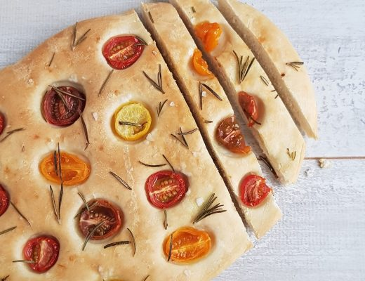 Focaccia met tomaat en rozemarijn