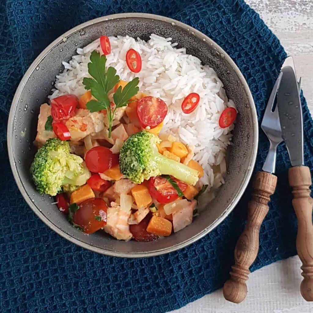 Curry met zalm en kokos