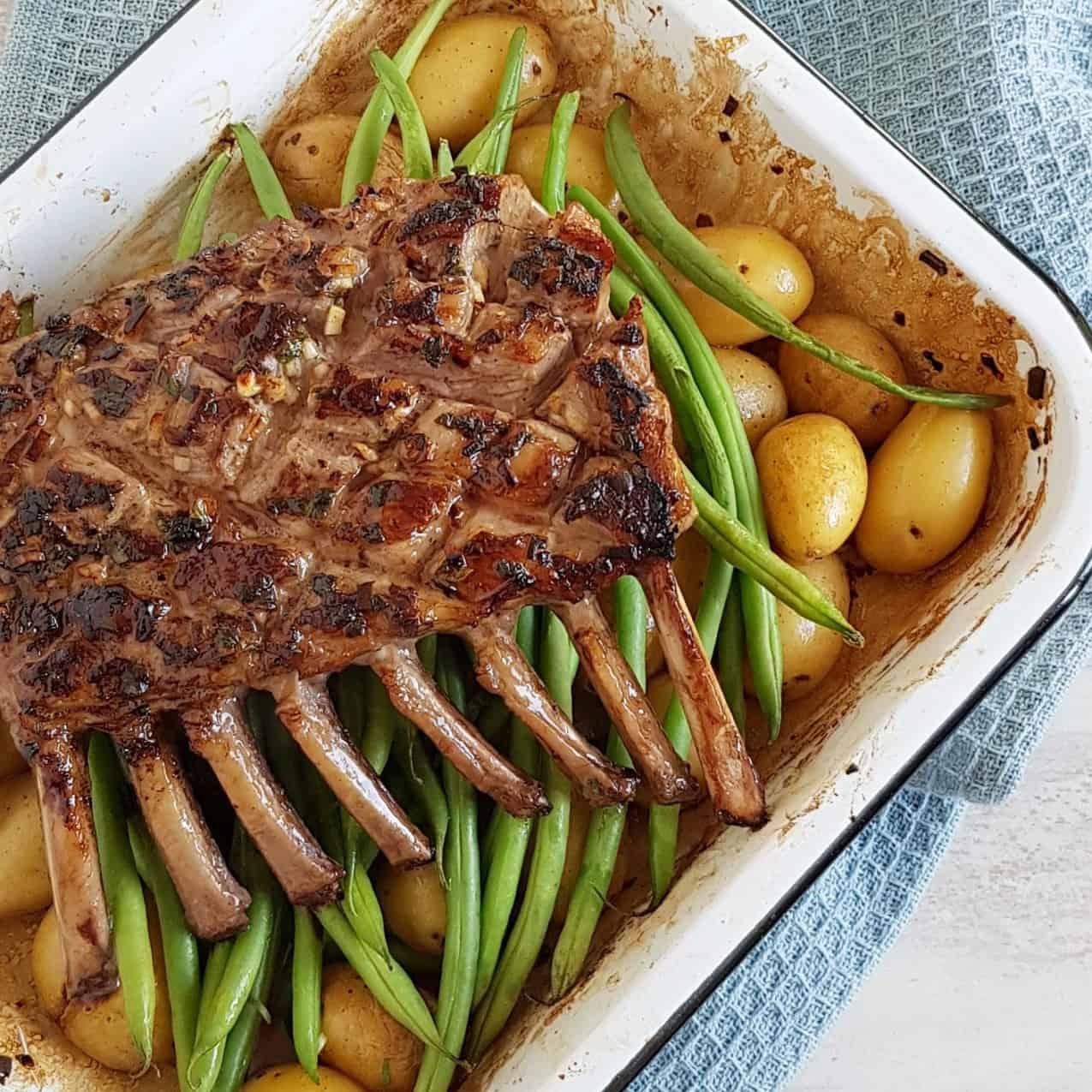 Lamsrack met knoflook en kruiden