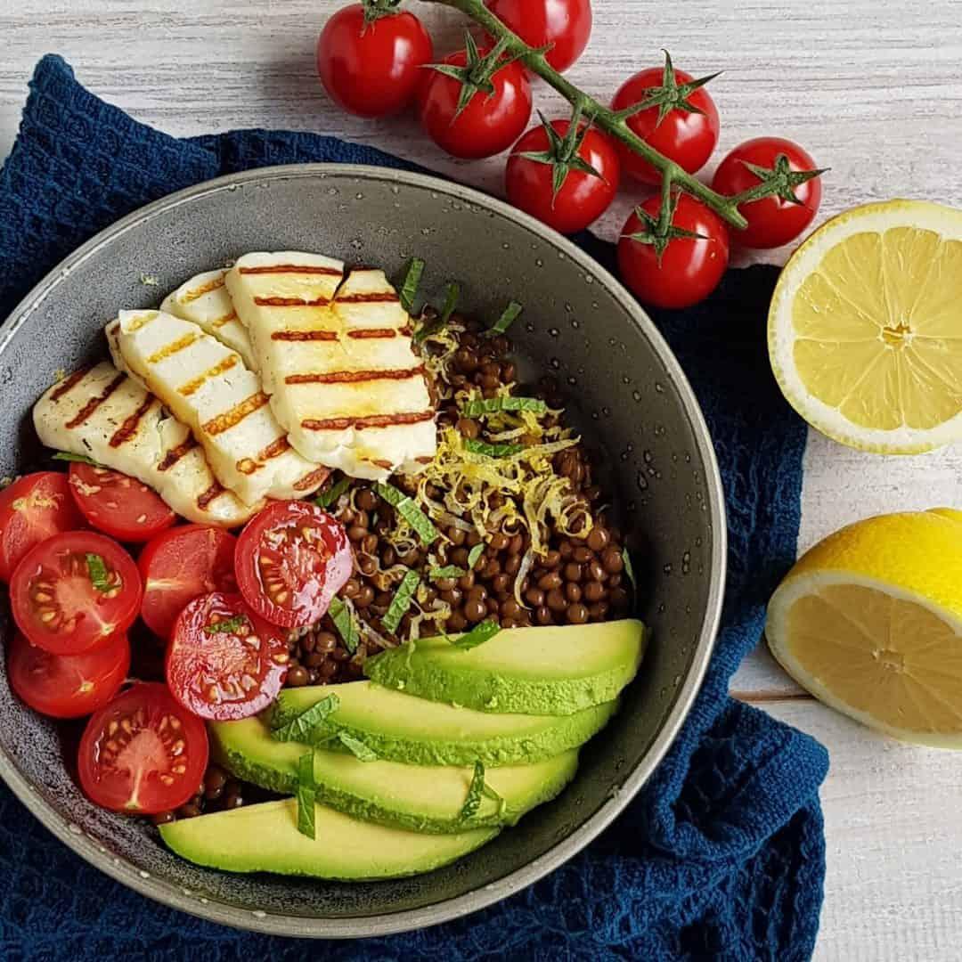 Lunchbowl met linzen en halloumi