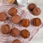 Sandwichkoekjes met chocolade en karamel