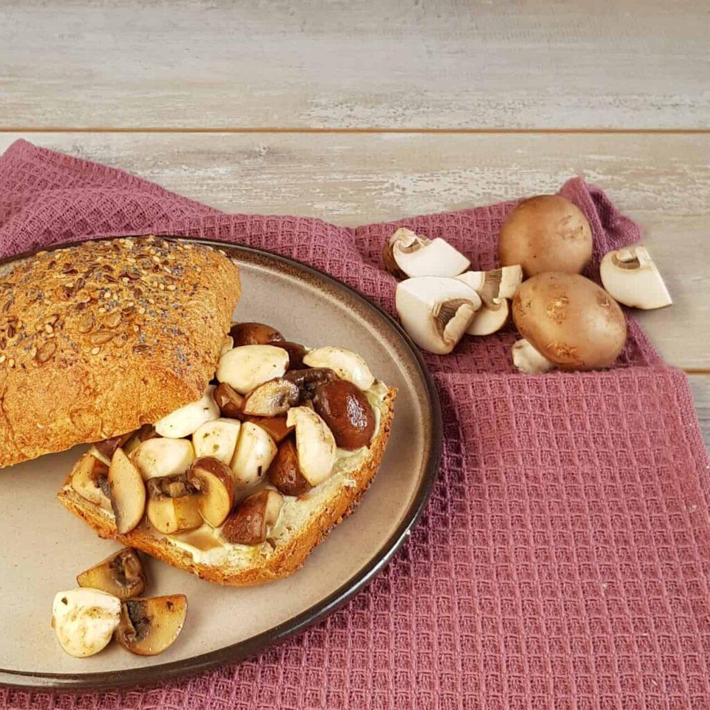 Broodje met champignons, kruidenkaas en mozzarella