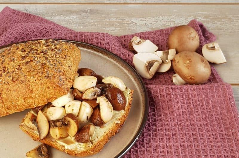 Broodje met champignons, kruidenboter en mozzarella