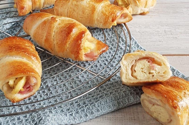 Croissantjes met ei en ontbijtspek