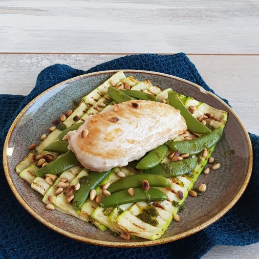 Gegrilde courgette met pesto en kip
