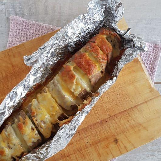 Stokbrood met mozzarella, kruidenboter en kaas uit de oven