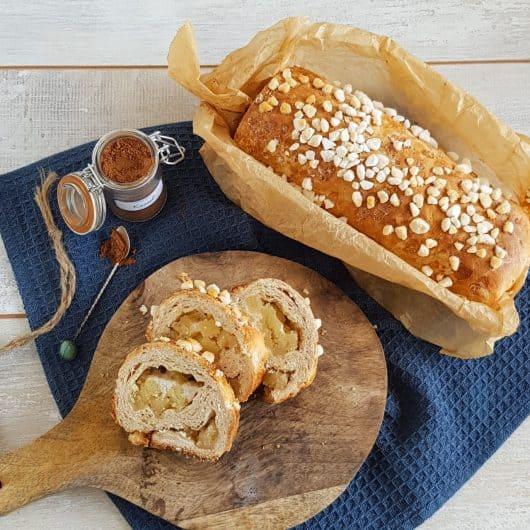Suikerbrood met stukjes amandelspijs