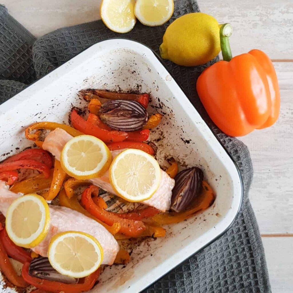 Traybake met zalm en paprika