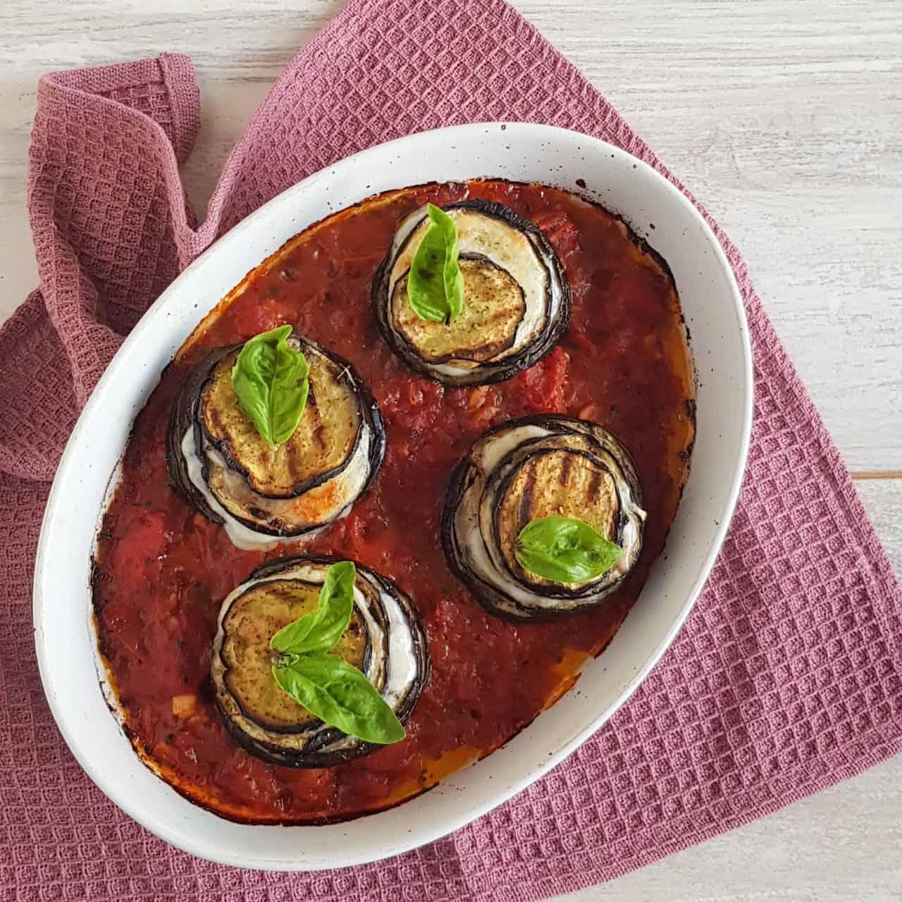 Aubergine torentjes met mozzarella en tomatensaus