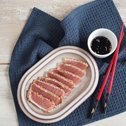 Kort geschroeide tonijn-tataki met sesam