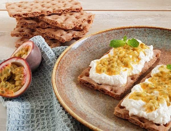Crackers met ricotta en passievrucht
